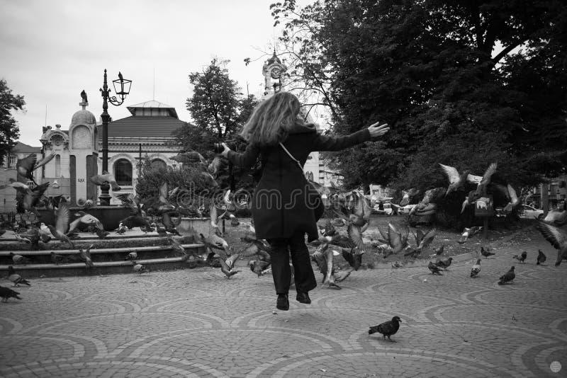 Härliga flickalekar för höst med duvor i Sofia arkivfoto