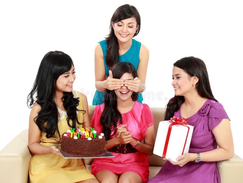 Härliga flickor firar födelsedag royaltyfri fotografi