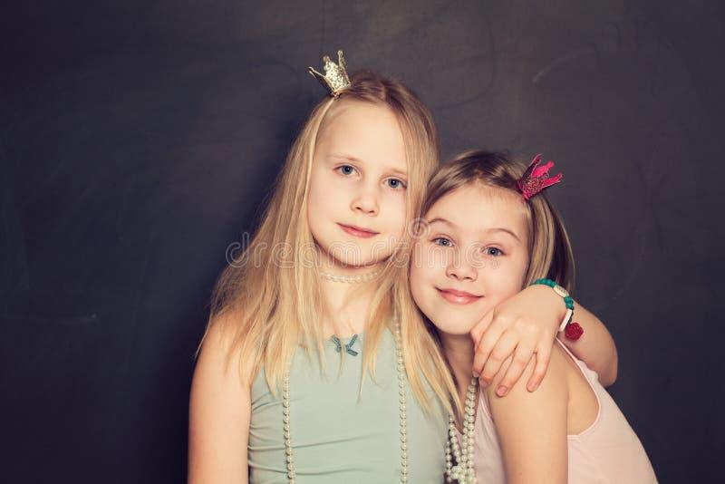 härliga flickor little arkivfoto