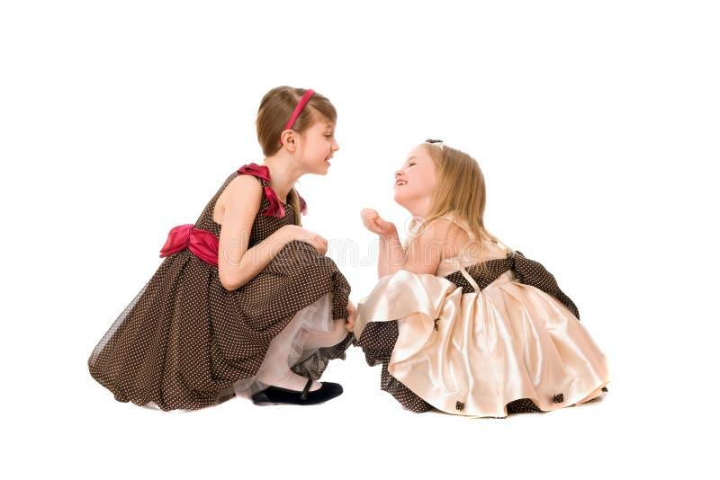 härliga flickor little som talar två arkivfoto