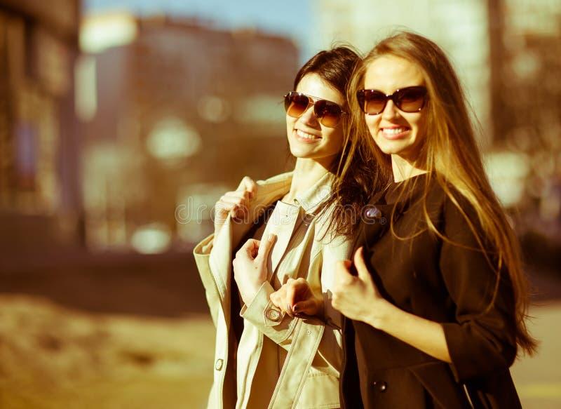 härliga flickor lyckliga två royaltyfri bild