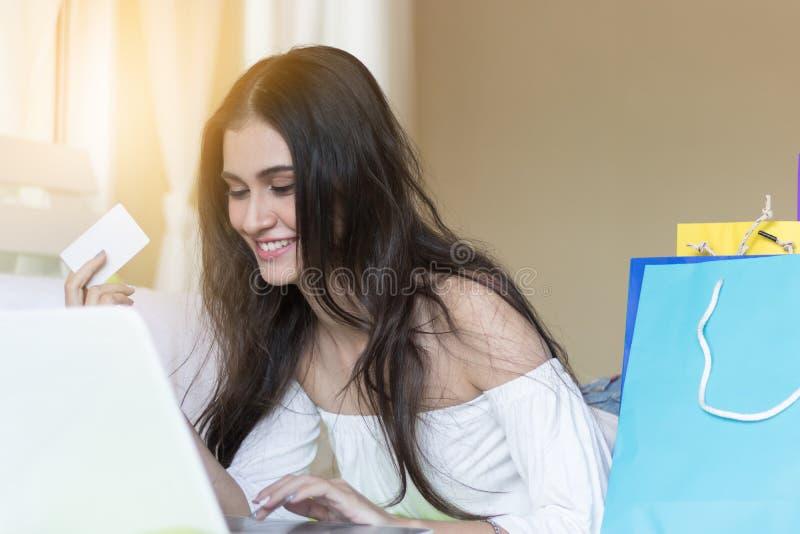 Härliga flickor shoppar direktanslutet arkivbild