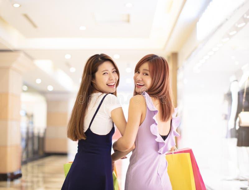 Härliga flickor som shoppar i gallerian arkivfoto