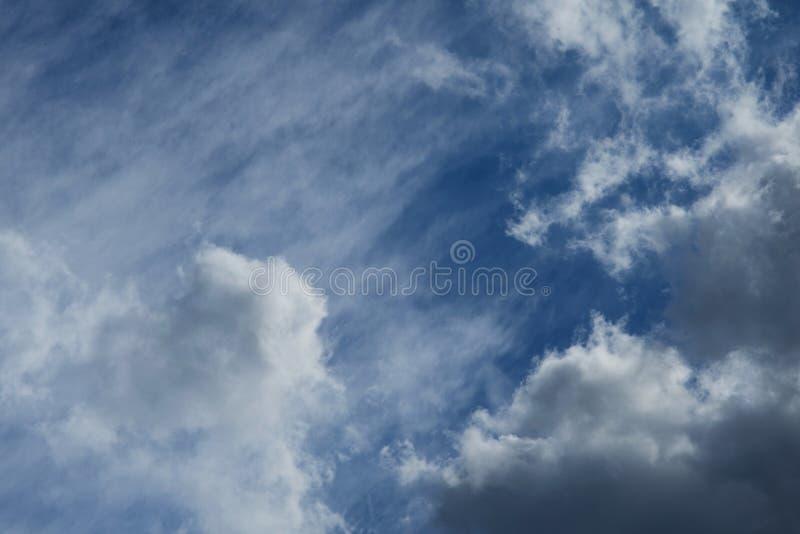 Härliga fluffiga vita moln mot den blåa himlen royaltyfri bild