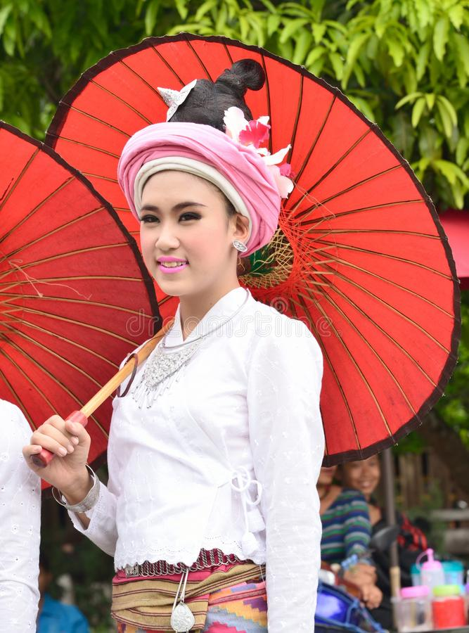 Härliga folkkvinnor Tai Lue för stående royaltyfria foton