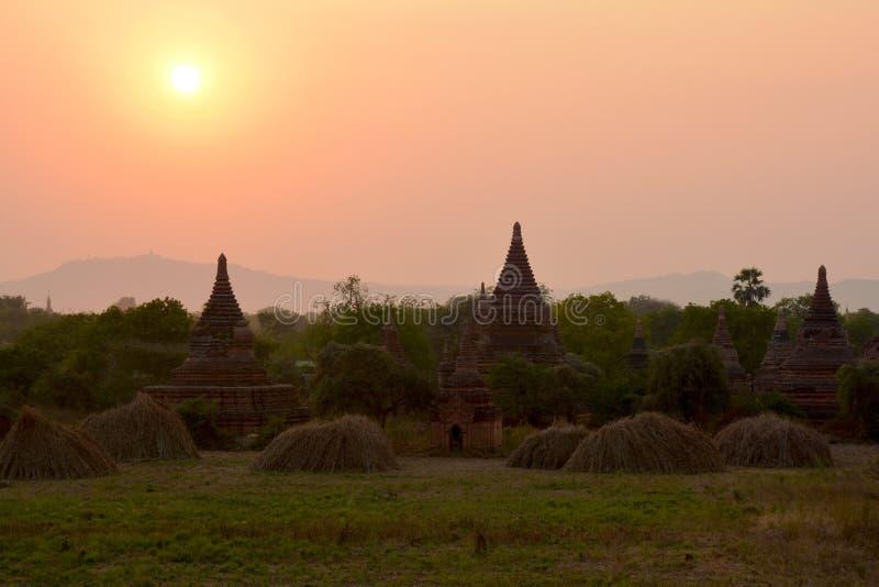Härliga forntida pagoder på solnedgången i arkeologiska Bagan royaltyfri fotografi