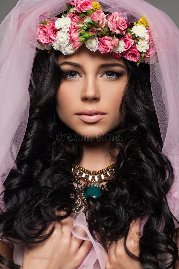 härliga framsidakvinnligblommor royaltyfri fotografi