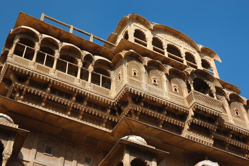 Härliga gammala utsmyckade balkonger av den medeltida havelien, Jaisalmer, Indien royaltyfri fotografi
