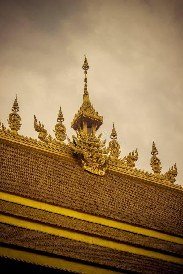 Härliga garneringar på taket av det guld- kapellet av Wat Paknam Jolo, Bangkhla, Chachoengsao landskap, Thailand arkivbilder
