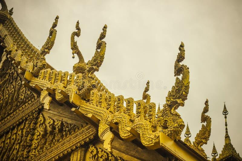 Härliga garneringar på taket av det guld- kapellet av Wat Paknam Jolo, Bangkhla, Chachoengsao landskap, Thailand arkivfoto
