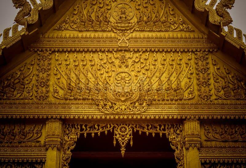 Härliga garneringar på taket av det guld- kapellet av Wat Paknam Jolo, Bangkhla, Chachoengsao landskap, Thailand royaltyfria bilder