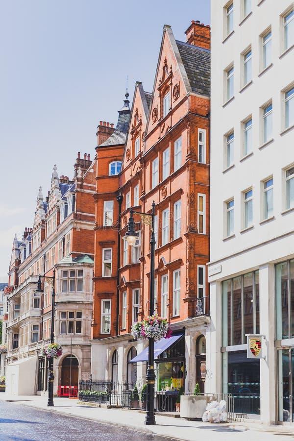 Härliga gator med historiska byggnader i Mayfair fotografering för bildbyråer