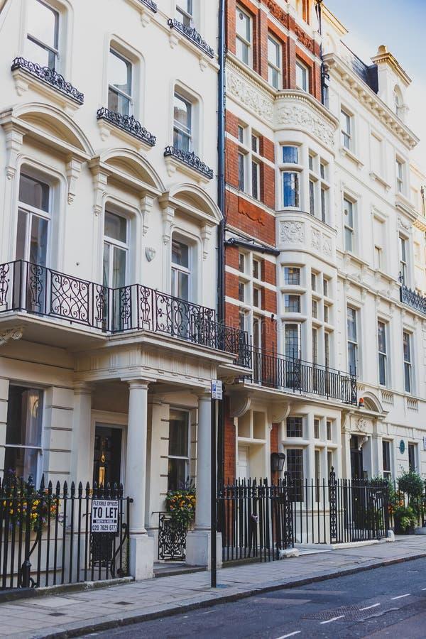 Härliga gator med historiska byggnader i Mayfair, en afflu fotografering för bildbyråer