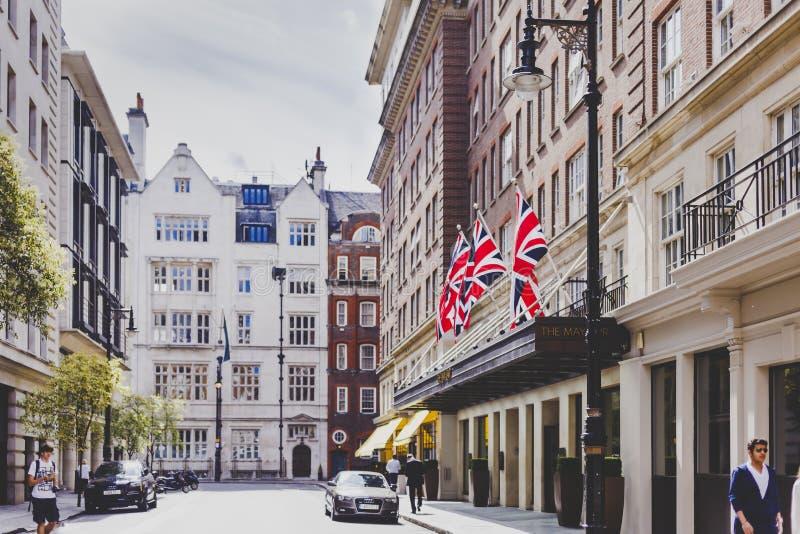 Härliga gator med historiska byggnader i Mayfair, en afflu arkivfoto