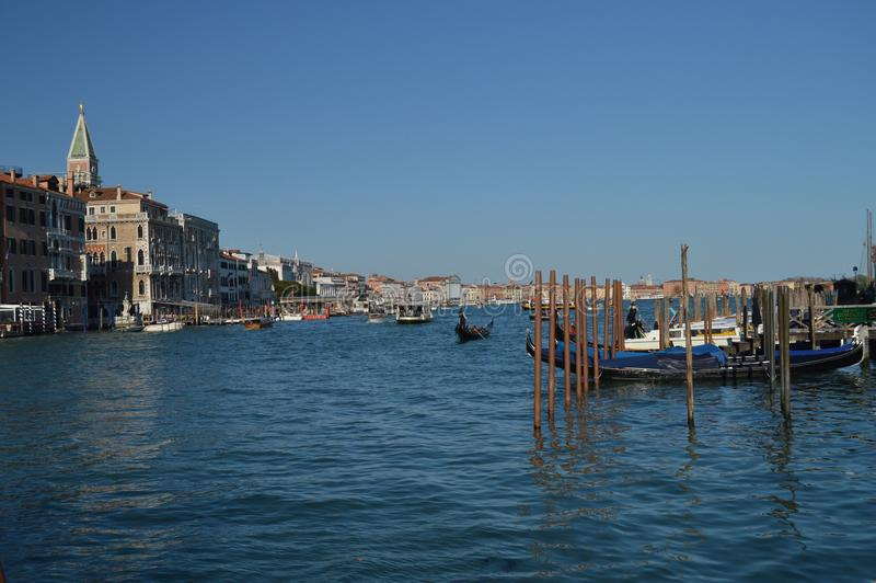 Härliga gondoler förtöjde på Grand Canal i Venedig Lopp ferier, arkitektur Mars 28, 2015 Venedig Veneto region, arkivbild
