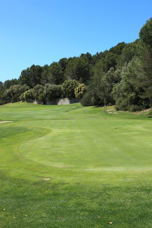 Härliga gröna farleder på en golfbana royaltyfria foton