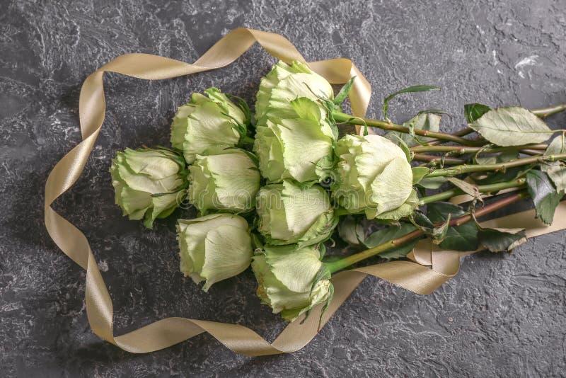 Härliga gröna rosor på grungebakgrund royaltyfria foton