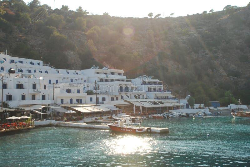 Härliga grekiska blåa och vita hus på kusterna av Kreta i det medelhavs- royaltyfri bild