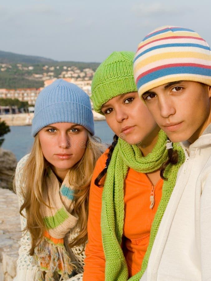 härliga grupptonåringar royaltyfria bilder