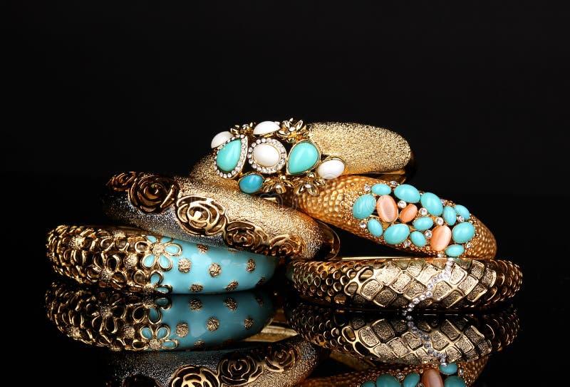 Härliga guld- armband arkivbild