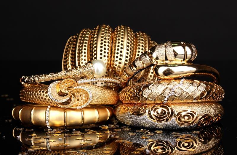 Härliga guld- armband royaltyfri bild