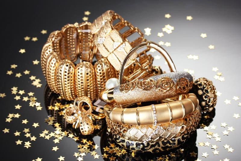 Härliga guld- smycken arkivbilder