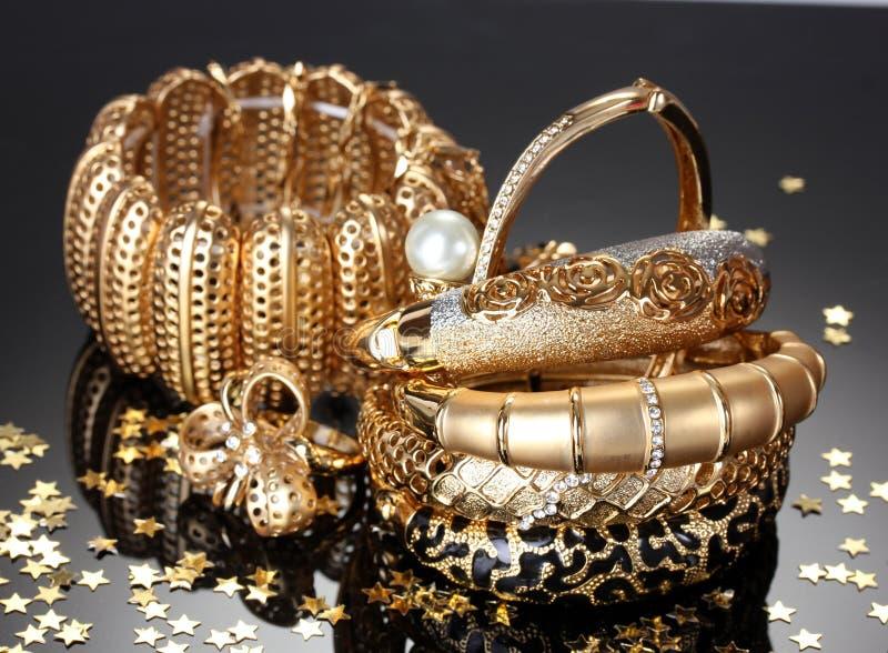 Härliga guld- smycken royaltyfria bilder