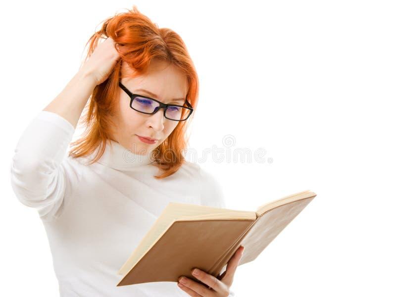 härliga haired bokflickaexponeringsglas läser red royaltyfri foto