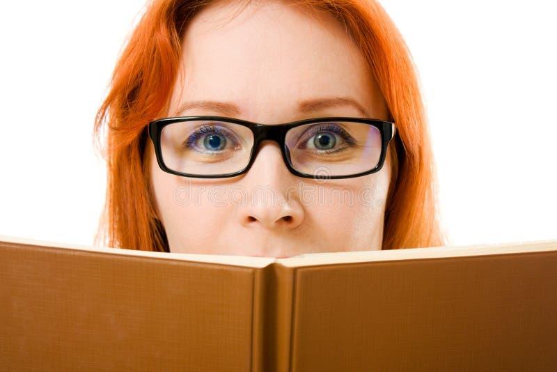 härliga haired bokflickaexponeringsglas läser red arkivbilder