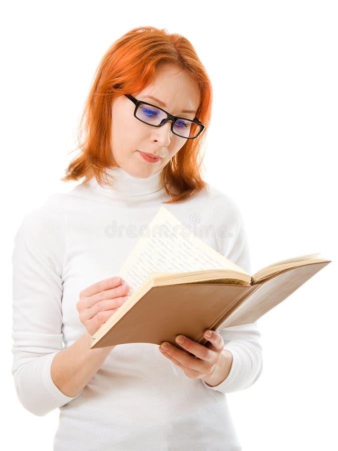 härliga haired bokflickaexponeringsglas läser red arkivbild