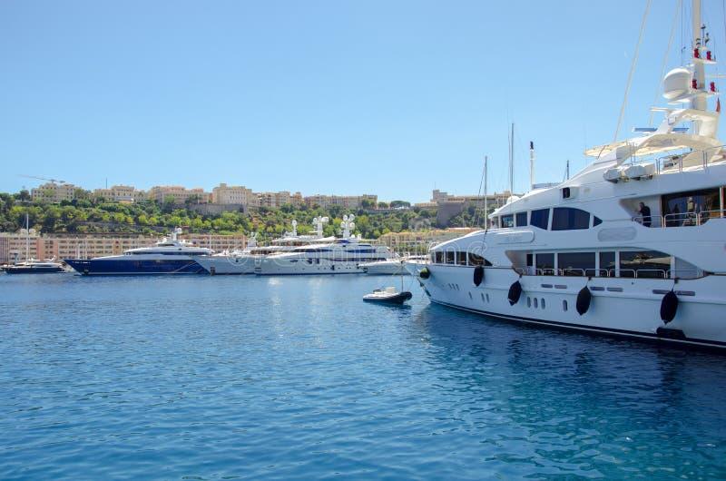 Härliga hamnar med många yachter i Monaco och trädgårdar som är fulla av blommor arkivfoton