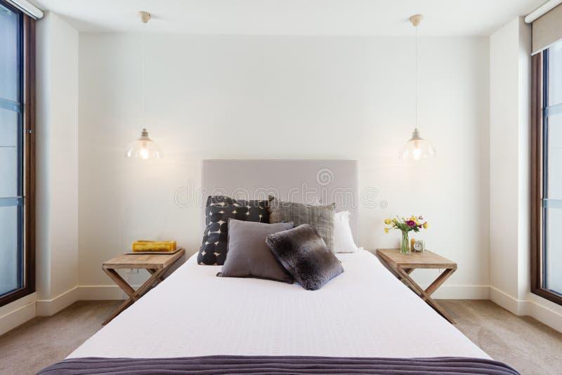 Härliga hamptons utformar sovrumdekoren i lyxig hemmiljö arkivfoton