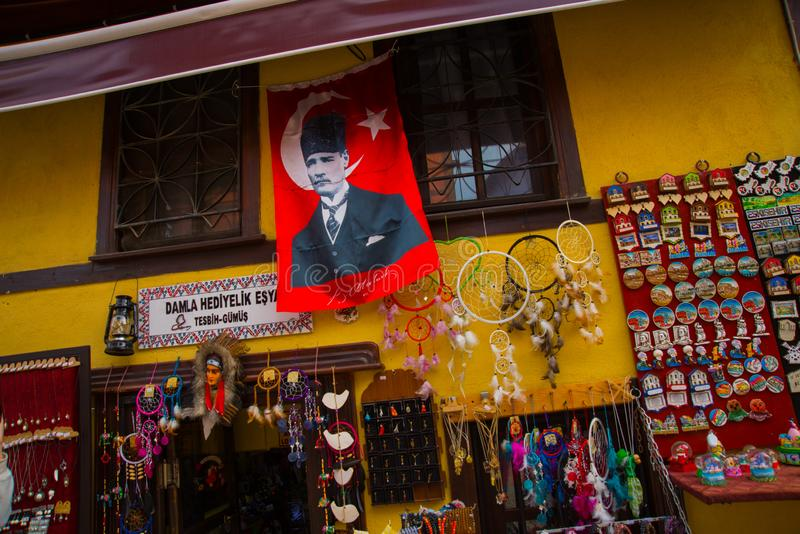 Härliga handgjorda souvenir som göras av trä, traditionell turkisk marknad Basar Turkiet, Eskisehir arkivbilder