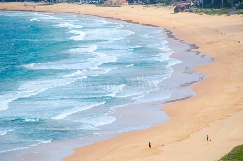 Härliga havvågor och sandyttersida på den Palm Beach sikten från upp kullen på den Barrenjoey udden, Sydney, Australien fotografering för bildbyråer