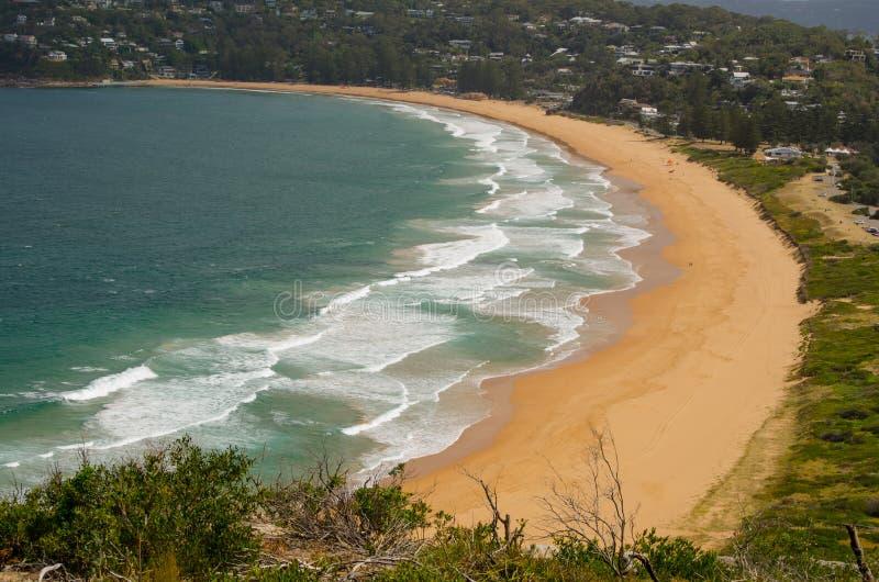 Härliga havvågor och sandyttersida på den Palm Beach sikten från upp kullen på den Barrenjoey udden, Sydney, Australien arkivbild