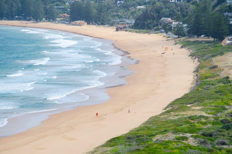 Härliga havvågor och sandyttersida på den Palm Beach sikten från upp kullen på den Barrenjoey udden, Sydney, Australien arkivbilder