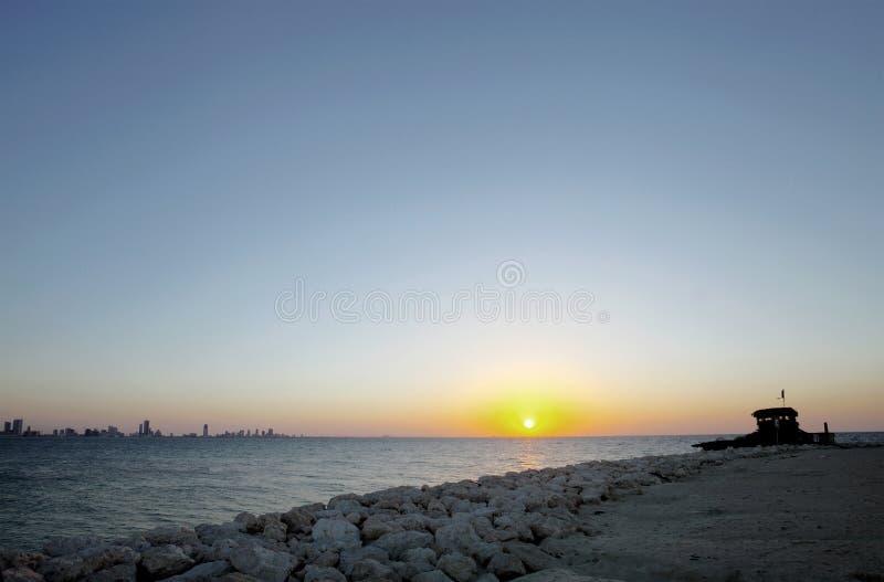 Härliga HDR av Bahrain horisont från den Busaiteen stranden royaltyfri fotografi