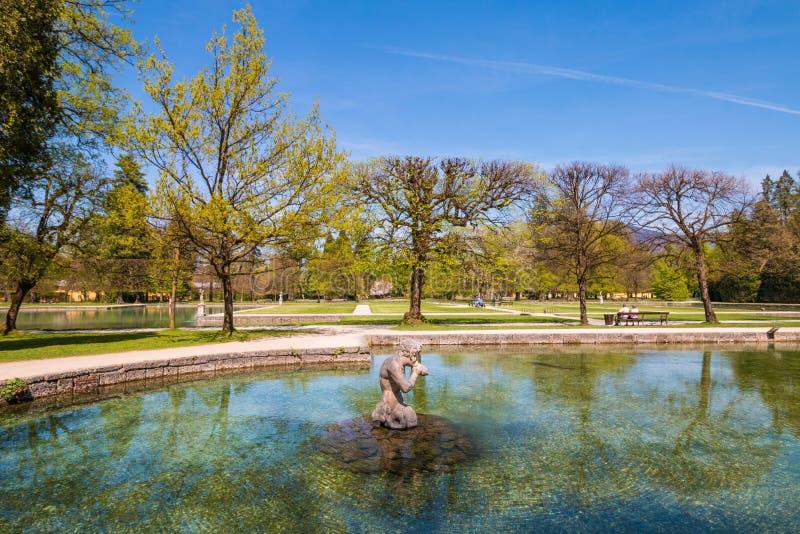 Härliga Hellbrunn parkerar med tips, springbrunnar och statyer Österrike salzburg arkivbild