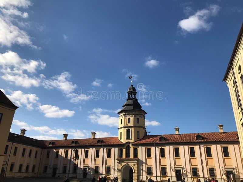 Härliga historiska medeltida europeiska byggnader med ett torn och spiers, i den barocka stilen, gotisk stil royaltyfria foton