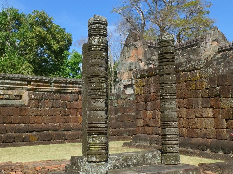 Härliga historiska rest och forntida stenväggar av Prasat Hin Phanom ringde arkivbild