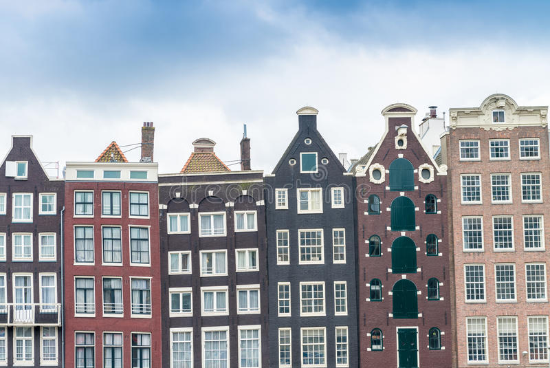 Härliga hus av Amsterdam längs stadskanalen royaltyfria bilder