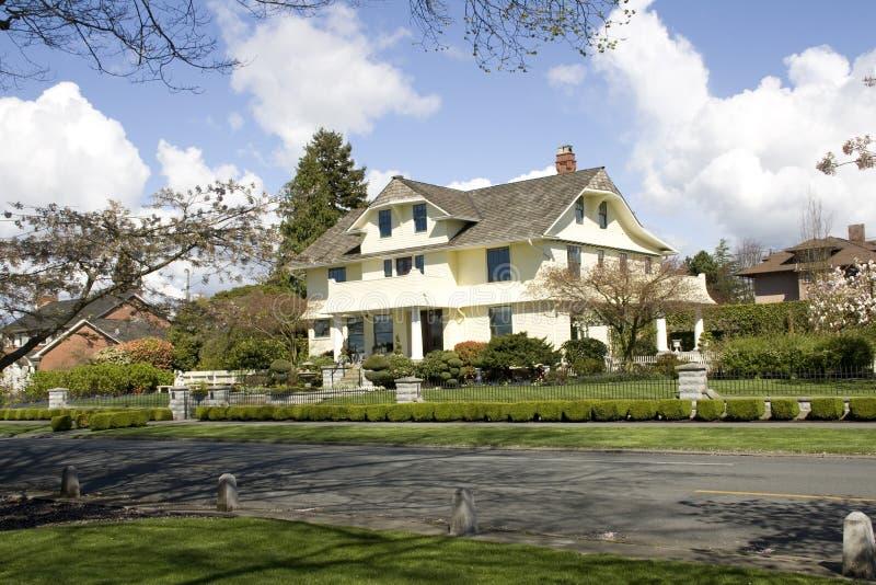 Härliga hus i en trevlig grannskap royaltyfri foto