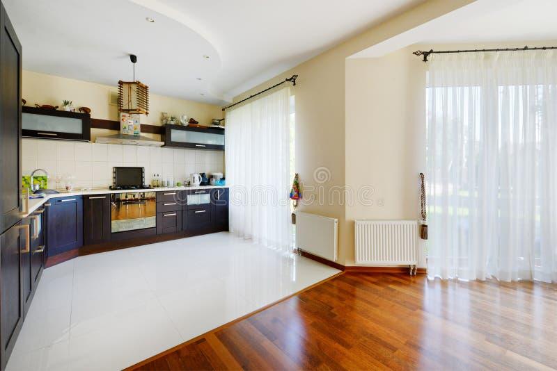 Härliga hus, lägenheter, lyxigt hus, design, kökdesign, matsal royaltyfria bilder