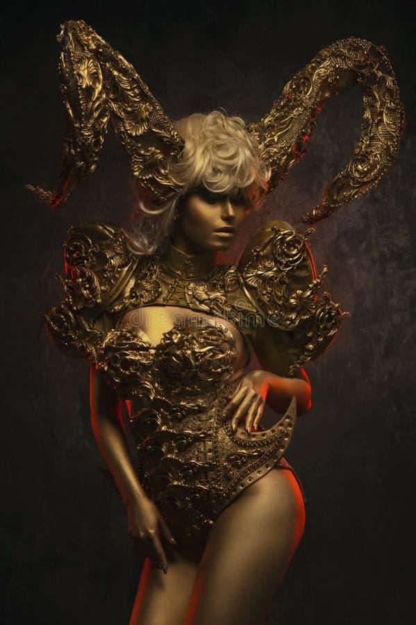 Härliga jäkelkvinnor med guld- dekorativa horn fotografering för bildbyråer