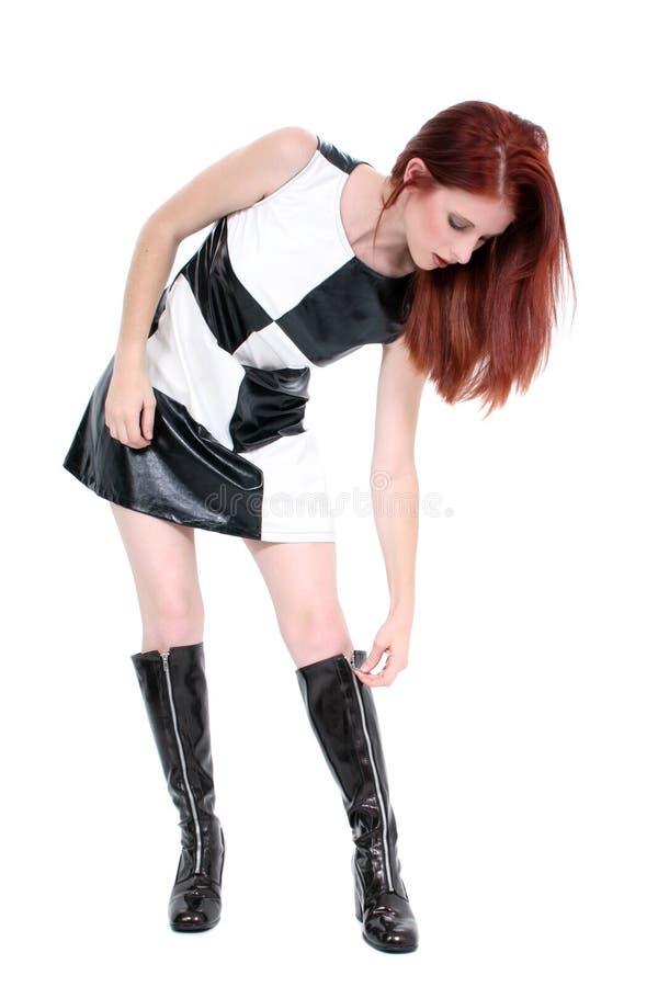 härliga kängor går henne ungt dra igen blixtlåset på för stilfull övre kvinna royaltyfri fotografi