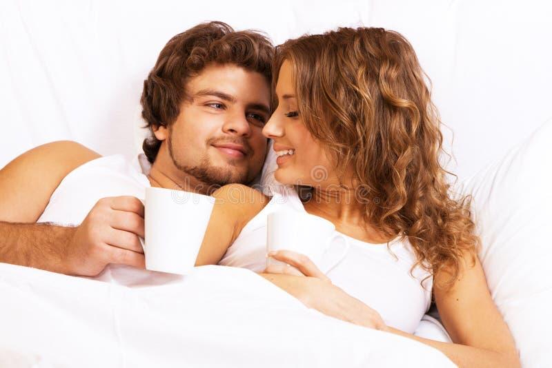 härliga kaffepar som tycker om morgonbarn royaltyfria foton