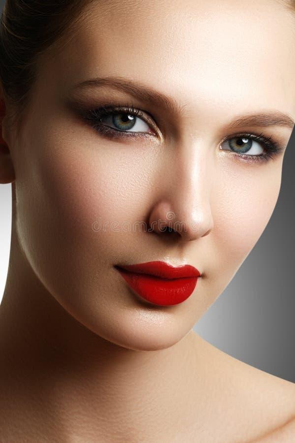 härliga kanter för mode för framsida för afton för stilcloseskönhetsmedel gör makeup den model ståenden röd retro sensuality sexi royaltyfria foton
