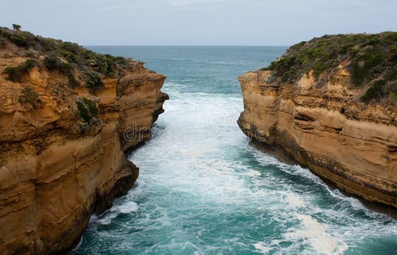 Härliga klippor och hav på den stora havvägen i Australien fotografering för bildbyråer