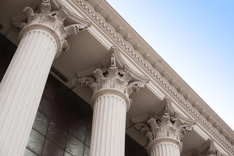 Härliga kolonner av huvudstaden på fasaden av historiska byggnaden royaltyfri fotografi