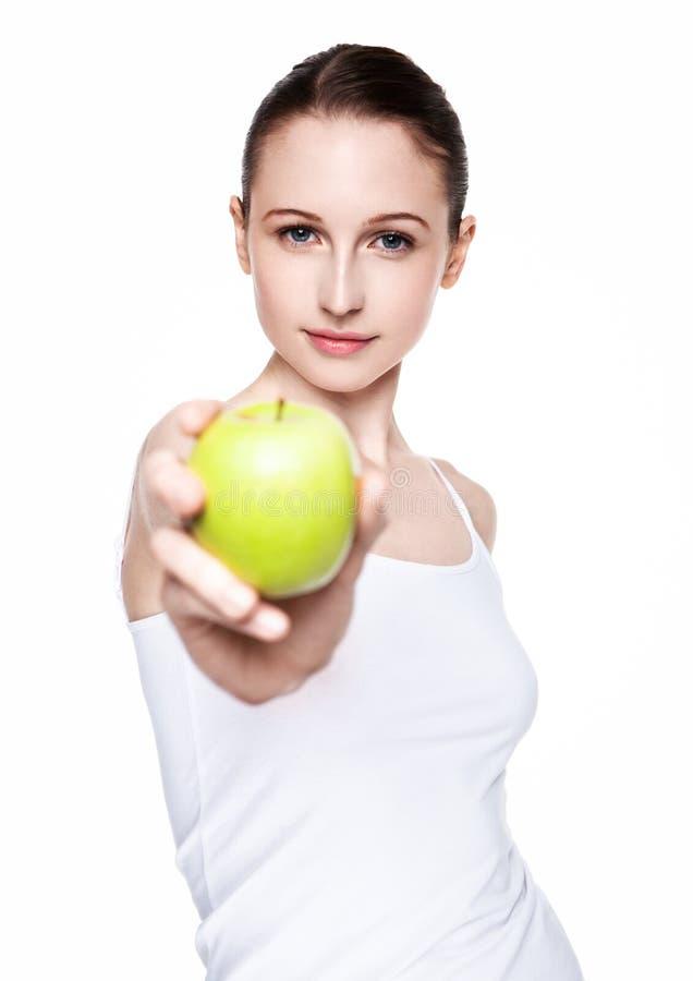 Härliga konditionkvinnor som rymmer det sunda äpplet arkivbild